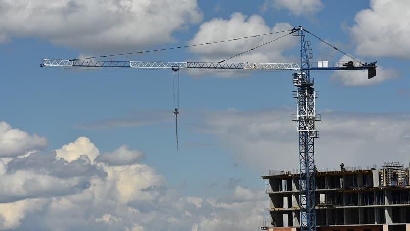żuraw przy budowie osiedla